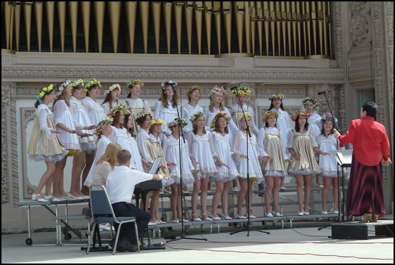 "Vladivostok Girl's Choir singing ""New York,New York"""
